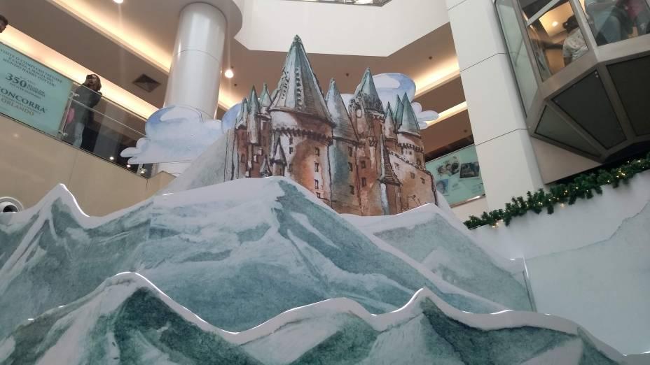 Castelo de Hogwarts aparece bem pequeno, ao fundo de Hogsmeade