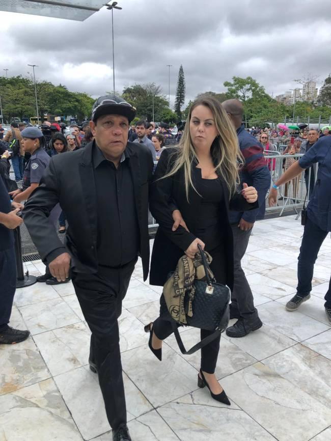 Liminha e a esposa caminham