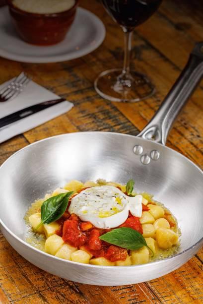 Nhoque ao molho de tomate com burrata