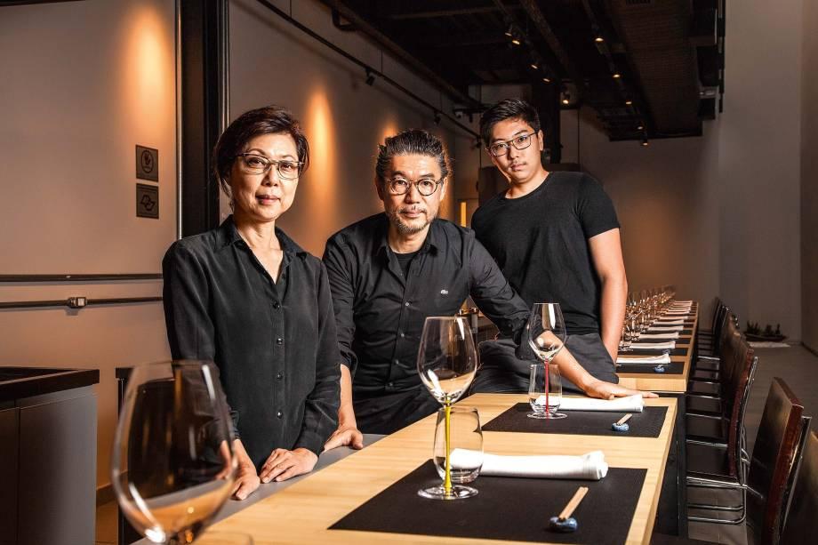 Chef proprietário (no centro), que tem a ajuda da mulher, Suzana, e do filho, Jun
