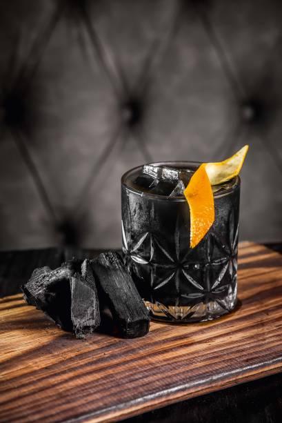 Negroni charbon: drinque é preparado com carvão ativado