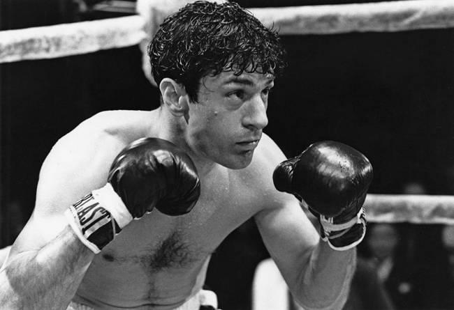 A imagem mostra Robert De Niro lutando boxe no filme Touro Indomável