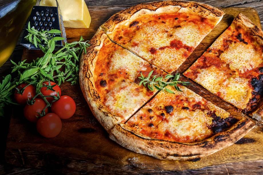Pizzas individuais: mussarela com manjericão é opção básica