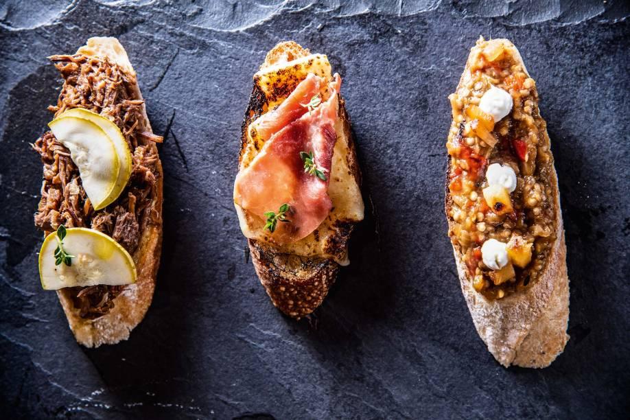 Tapas: queijo e presunto cru, carne de panela e abobrinha, e tomate