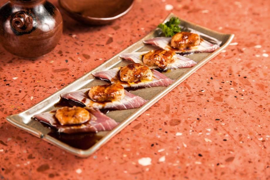 Atum tataki: peixe levemente selado com foie gras