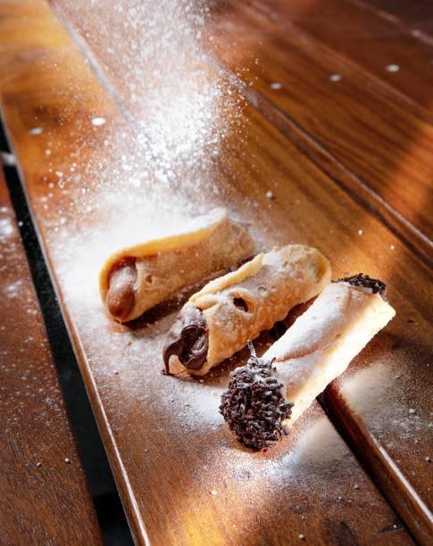Três opções de cannolo: doce de leite, Nutella e ricota