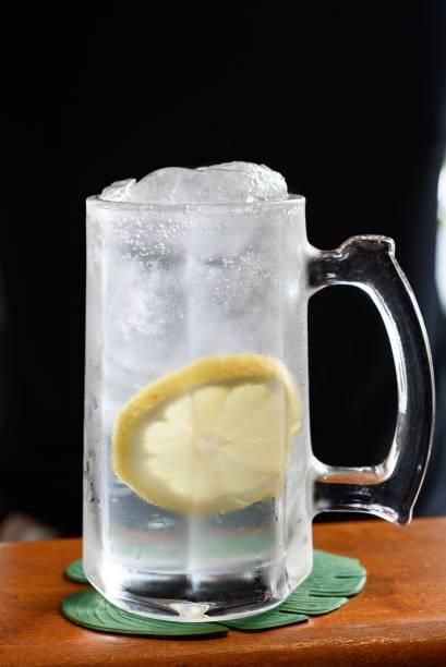 Haiboru: uísque, tônica e xarope de limão-siciliano