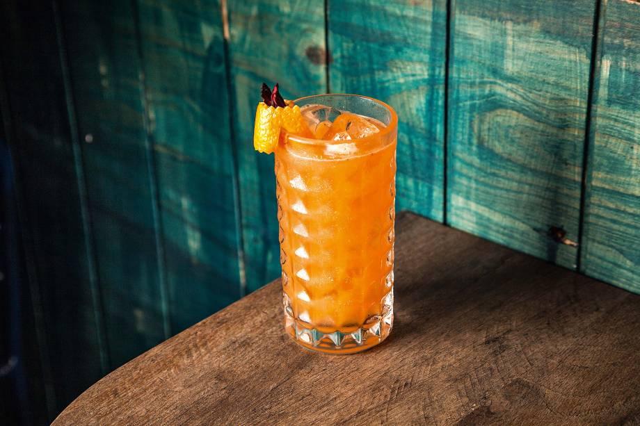 <span>Romeo sucks!: uísque aromatizado com canela, gim com infusão de laranja-baía, laranja e limão</span>