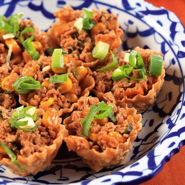 Krathong thong: cestinhas recheadas de frango e milho