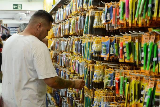 Venda a varejo de material escolar em lojas da 25 de Março, região central