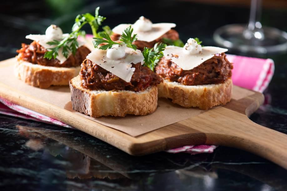 Crostino: torrada com costela bovina, queijo pecorino e salsa
