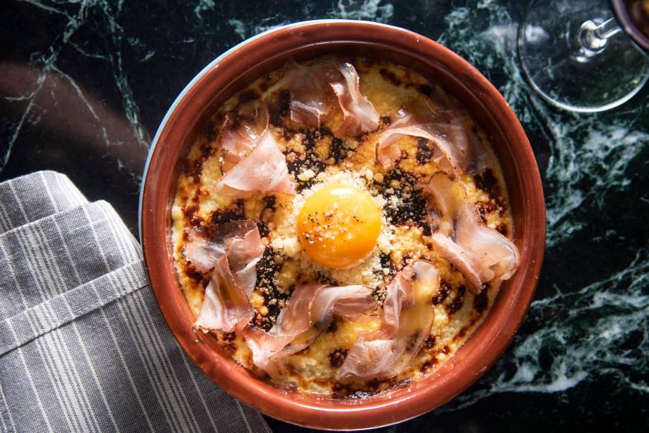 Polenta gratinada com ovo e pancetta: pode levar queijo parmesão ou pecorino