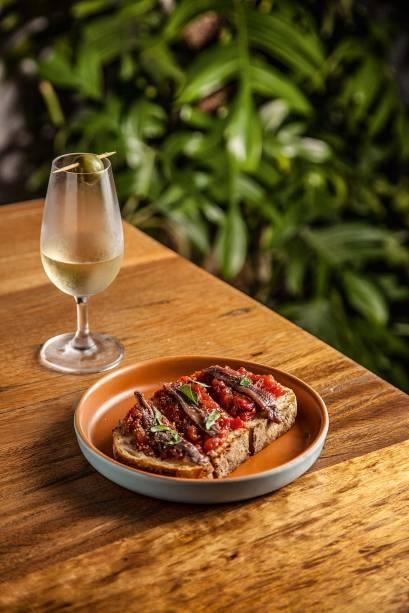 Boa escolha para petiscar: torrada com purê de tomate, aliche e manjericão