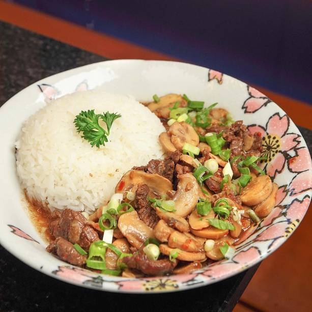 Filé-mignon com molho de ostra, cogumelo-de-paris e cebolinha com arroz: prato executivo