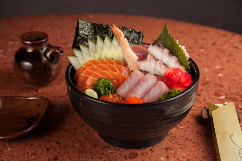 Tirashi de peixes e frutos do mar: combinação servida na tigela