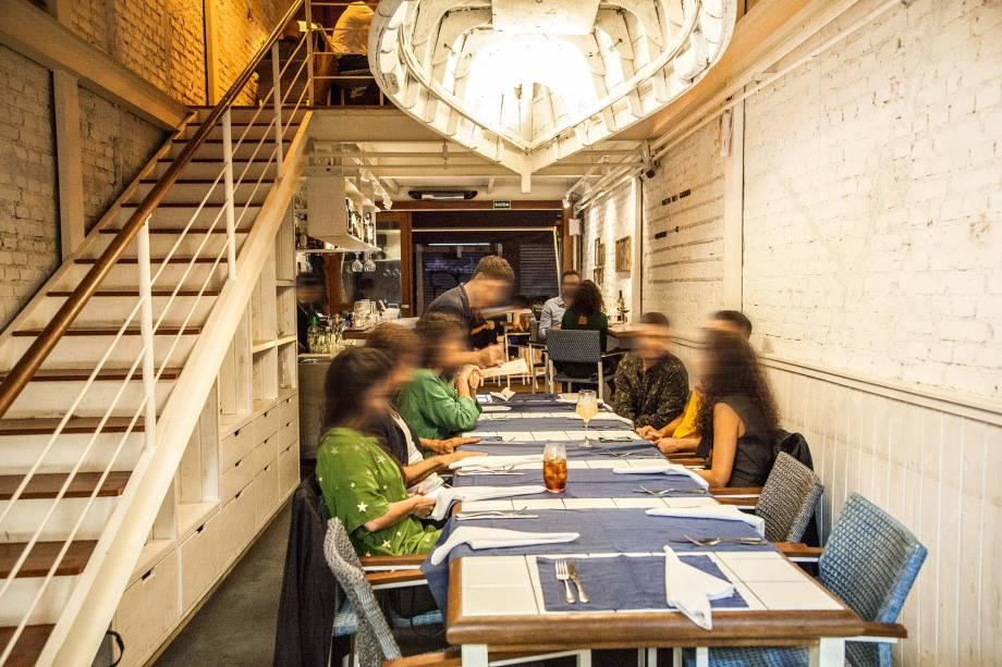 O pequeno salão: mesa compartilhada