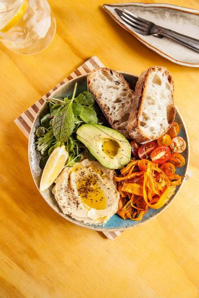 Com pegada de brunch: hommus, abacate e vegetais