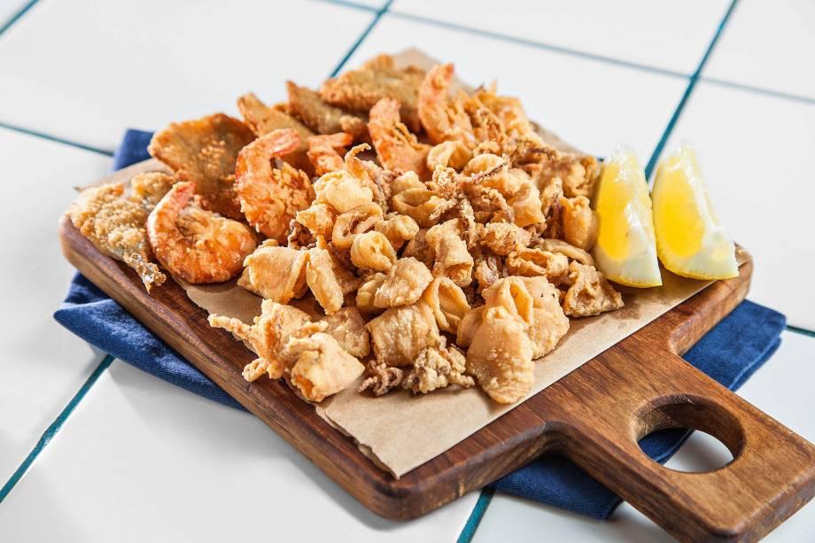 Misto de frutos do mar: entrada com manjuba, baby lula e camarão