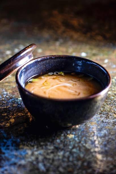 Boa pedida: missoshiru com macarrão de arroz e salsinha