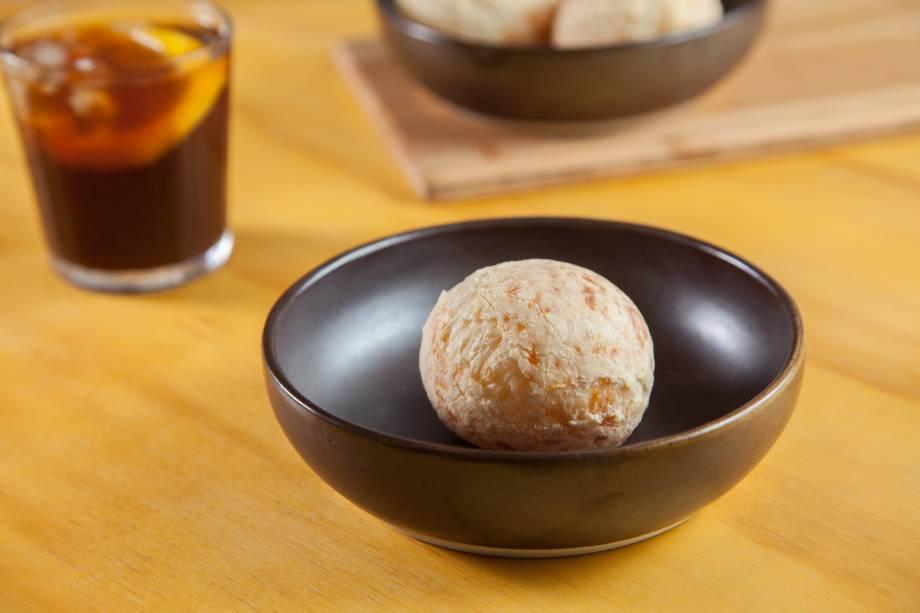 Pão de queijo: meia cura e parmesão na composição