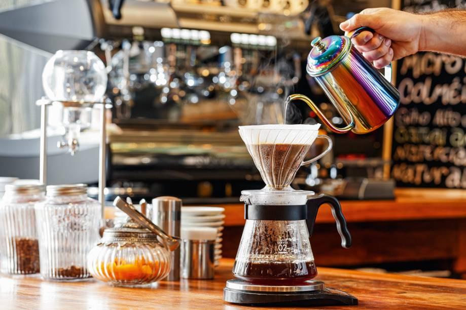 Café coado no Hario V60: um dos métodos servidos na casa