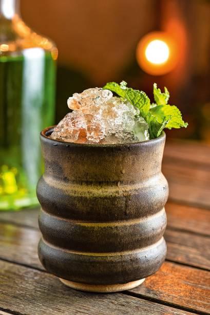São sepé: vodca, limão-siciliano, xarope de maracujá, absinto, espumante e Angostura