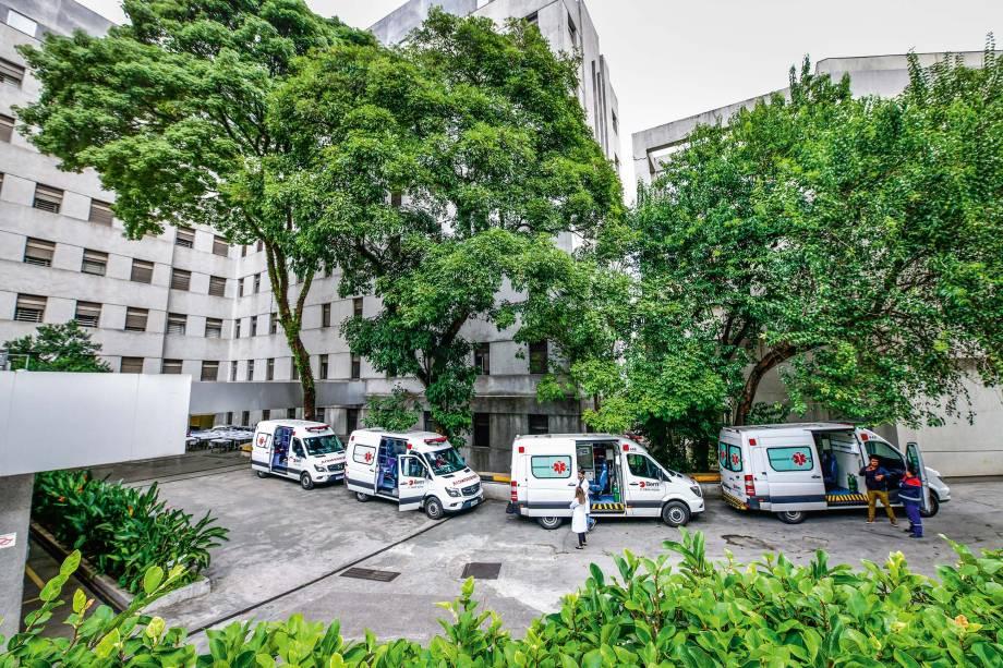 Fila de ambulâncias prontas para o resgate: nova rotina