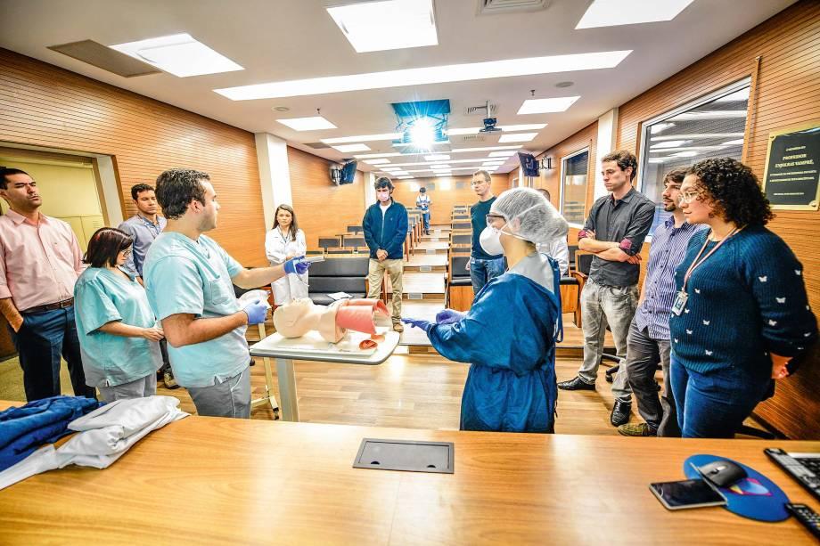 Aula de intubação e paramentação: novas rotinas
