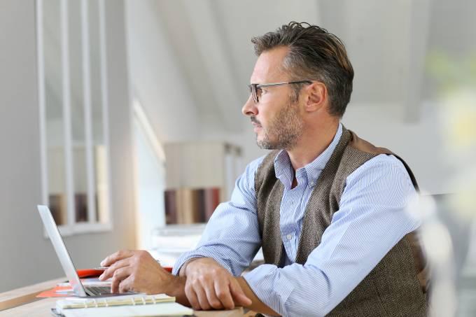 homem-empresario-escritorio-trabalhador-profissional-horizonte