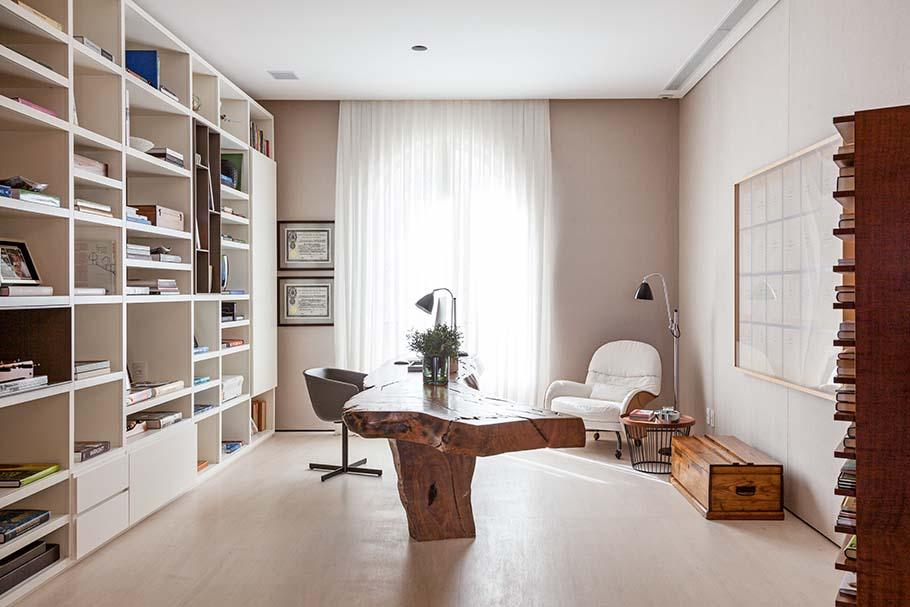 Trabalho em casa: espaço home office privativo, feito por Dado Castello Branco