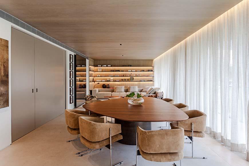 Cozinha cada vez mais perto da área social da casa, em projeto de Arthur Casas: portas deslizam para mudara configuração, com a possibilidade de integrar ou não
