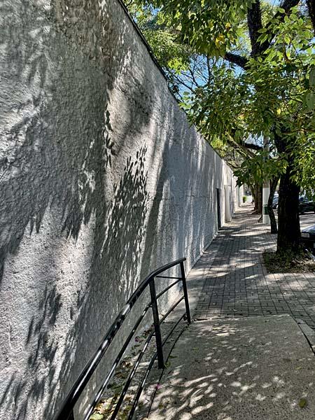 Paredões do Círculo Militar e do QG do Segundo Exército, e o jardim de esculturas escondido da Assembleia; o antiurbanismo da área, com muitas grades, calçadas inóspitas e estacionamentos