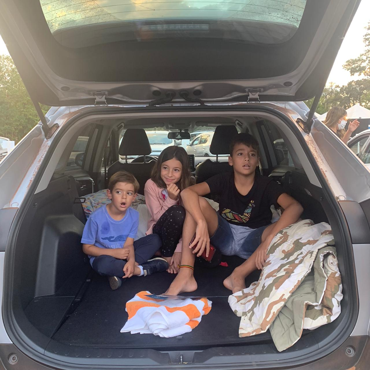 Crianças na sessão família do CinePark Drive-In