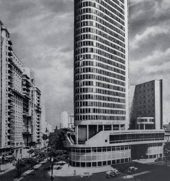 Maquete e a antiga sede: terreno de 2 382 m2 deu lugar a 52 000 m2 de área construída