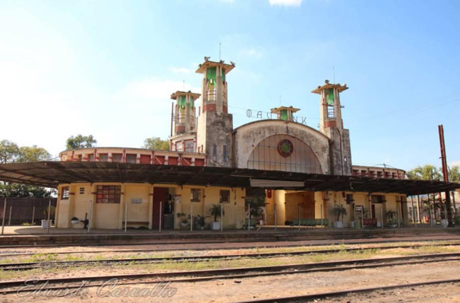 Ambientes da Estação Ferroviária de Mairinque: primeira estação construída com concreto armado no país tem calha furada, infiltrações e mato alto