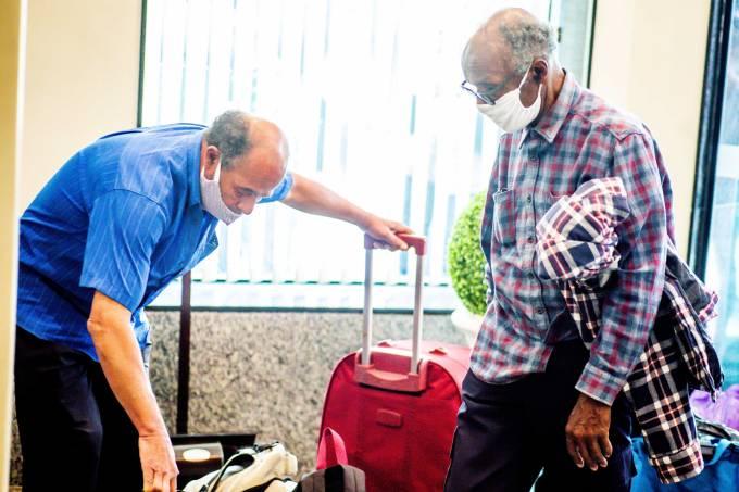 idoso chega hotel centro
