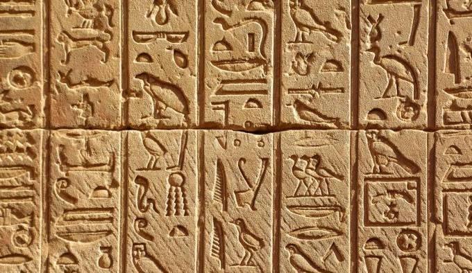 inteligencia-artificial-do-google-permite-decifrar-hieroglifos-egipcios