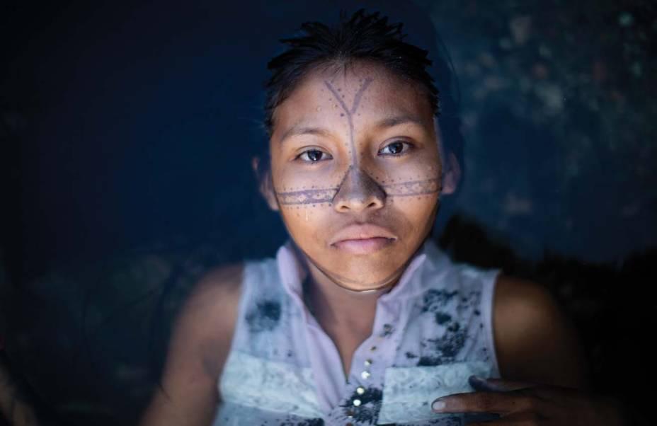 Ofélia Munduruku, de Raquel Brust, e Não Estamos Sozinhos, de Felipe Morozini: painéis de 9,5 metros por 4,8 metros são observados de dentro do veículo, por até dois minutos