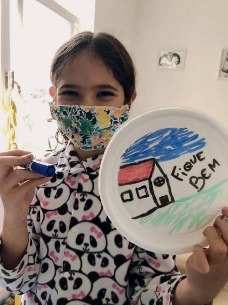 Tampas pintadas por crianças, marca registrada do grupo O Amor Agradece, criado na Zona Oeste