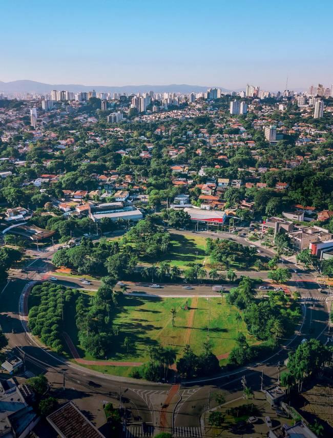 Uma das regiões menos habitadas da cidade, o Alto de Pinheiros ganhou praças e parques nas últimas três décadas; legislação impede mais moradores e uso comercial na maior parte do bairro