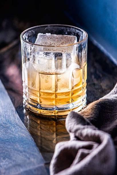 Hob nob punch :bourbon, rum, jerez oloroso e noz-moscada