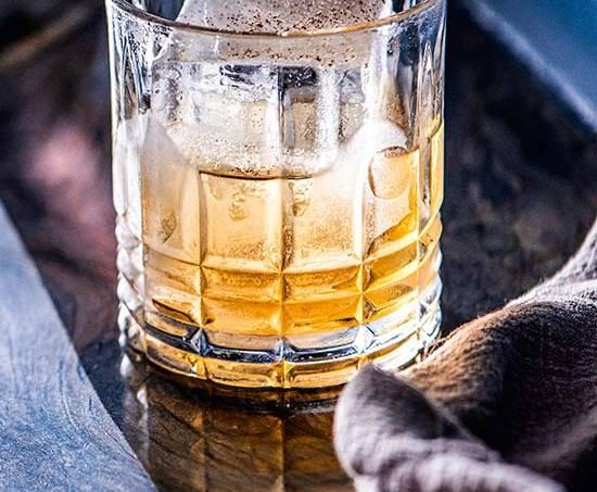 Hob nob punch (bourbon, rum, jerez oloroso e noz-moscada) – Fel