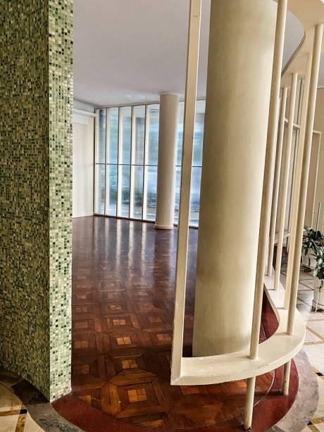 Muita decoração e detalhes nunca pareciam demais para Artacho: rampa charmosa, pisos, paredes, colunas e espelhos no saguão