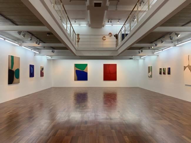 Vista geral do segundo piso da Galeria Estação: exposição de Germana Monte-Mor