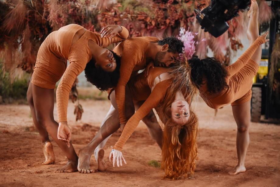 Pés no chão: bailarinos celebram a natureza em coreografia narcísica