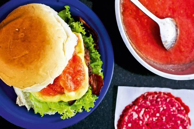 Cheese salada bacon com molho de tomate, da lanchonete Hambúrguer do Seu Oswaldo.jpg