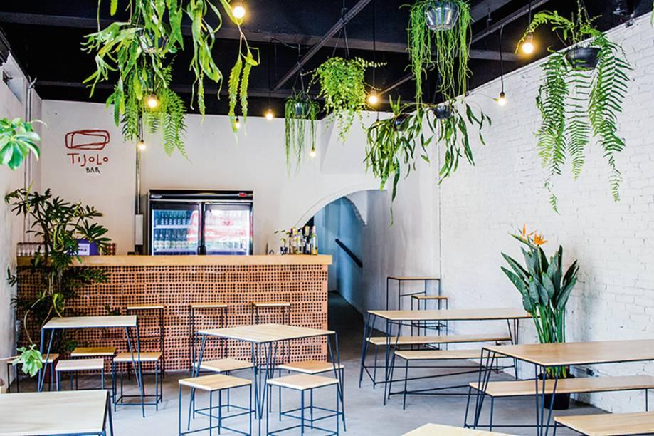 Tijolo Bar: salão com plantas penduradas no teto