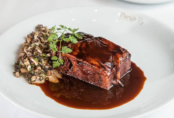 Paleta de cordeiro confitada com ragu de lentilha e cogumelos variados no creme – Chef rouge