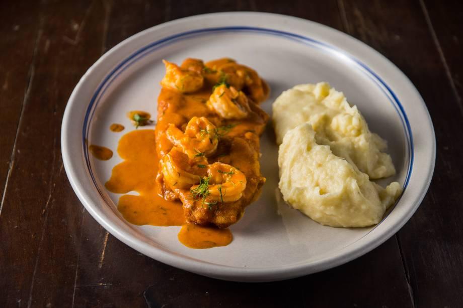 Peixe à Milanesa ao molho de camarão com purê de batatas
