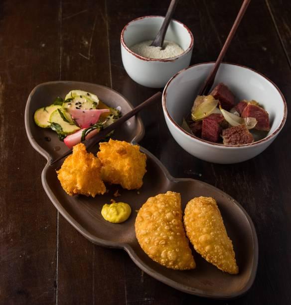 Comissão de frente: mix de pastel de camarão, marinada de vegetais, carne-seca confitada na manteiga de garrafa e bolinho errado ao aioli de pequi